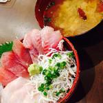 39216274 - 地魚の丼と、あさりの味噌汁。