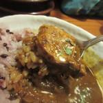 ガチマイシーサー - 私は豚肉のカレーを選びましたがスパイスの効いたやや辛口タイプのカレーが雑穀米のご飯と絡んでとても美味しかったです。