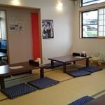 深川食堂 - 座席はゆったりと座れて、とても清潔な店内です