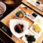 うさぎ - 料理写真:うさぎ御膳B☆ 小鉢のおかずが7品 十五穀米とおみそ汁。 レトロな雰囲気がステキなお店でした(๑′ᴗ‵๑)