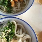 讃岐製麺所 - 太い麺と細い麺のかけ。150円。トッピングかき揚げ90円。