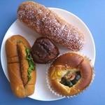 サンエトワール - 110円パンを4つ・・揚げパン、チョコチップマフィン、キャベツメンチサンド、夏野菜カレー