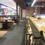 焼とりの八兵衛 - 平日の11時過ぎのオープンして間もない時間帯だったんで一番乗りのお客さん、私は一人だったんでカウンターで食事です。