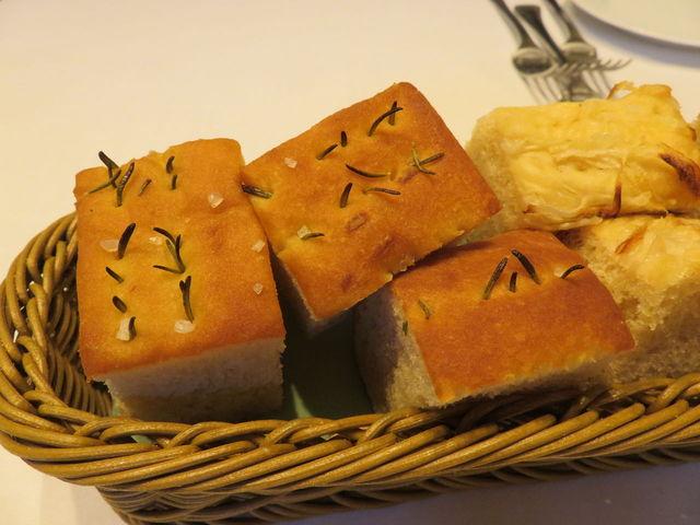 トルナヴェント - 自家製フォカッチャ:ローズマリーと新玉ねぎ1
