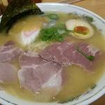 39251417 - 白湯の具はチャーシュー、煮卵1/2、メンマ、海苔、簀巻き