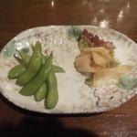 地鶏炭火焼天祥 - お通し(枝豆とキムチ)手は付けてませんよぉ、最初からこの量でキムチに至っては・・・:2015/6