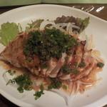 地鶏炭火焼天祥 - 地鶏タタキ。葱の下には和風アレンジのチリソースが・・・2015/6