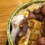 豆とくるみ - かき氷のくるみもちアップ☆表面と氷の中にも1/4カットのくるみもちが1個分4カット。氷の中でも固くならず美味しいくるみもちでした♪