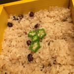 豆とくるみ - せいろ蒸し膳のおこわ☆ この日はお赤飯にオクラの輪切りの飾り♪