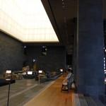 ザ・ラウンジ byアマン - 天井が高すぎて、琴を弾かれている右手の女性が、とっても小さく見えますね!
