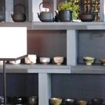 ザ・ラウンジ byアマン - 壁の棚には抹茶茶碗と、鉄瓶が並んでいました。