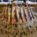 柳家 - 和良川 天然鮎丸干し調理中