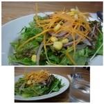 コーデュロイ カフェ - グリーンカレーセット(980円・外税)をオーダー。 最初に「サラダ」が出されますが、かなりボリュームがありますよ。