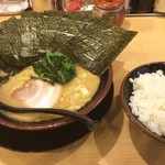 松田家 - 家系図がありましてそれを見ると清六家のつながりなんですね。 全く味にも何にも関係ありませんが。 なぜこういうのを掲げるのか理解できません。 流行ったところにあやかり戦法としか思えない。 そんなの関係なく美味しいしサービスも丁寧です。 近所には陳麻家から流れた日本橋餃子や東京チカラめしの跡地がかなりの割合で家系ラーメンに替わってる、その一つもあり、その隣に開花楼の麺を使ってるラーメン屋もあるほどの激