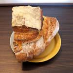 バーニャのパン - パン・ド・カンパーニュ(¥370)。田舎パンを意味し、小麦粉とライ麦粉のブレンドで作る