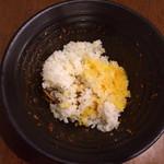 座・中村 - トッピングを入れて半分くらい食べたら、御飯と卵黄を投入〜(*^_^*)