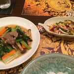 39284914 - 焼きナスのサラダ、牛肉のオイスター炒め ごはんはジャスミンライス