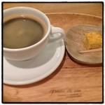 ウェルカムカフェ - COREDO日本橋のカフェ。 ホットコーヒー420円。 一口サイズのデザート付き☆