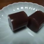 茶の葉 - 『水ようかん』滑らかな寒天に細かい小豆の粒子のザラついた食感が清涼感を与えます。 [2015/06]