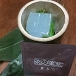 茶の葉 - 『葛切り』孟宗竹の容器に約2cmサイコロ状の葛切りが15個と小分けの黒蜜が2袋入ってます。 [2015/06]