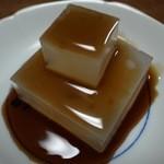 茶の葉 - 『葛切り』サイコロ状のプニュプニュの歯触りに濃厚な黒蜜がまとわりつき、思わず笑みが溢れます。 [2015/06]
