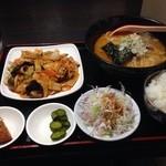 華龍 - 豚キムチと味噌ラーメンのランチセットです。ラーメンは食堂っぽい普通のラーメンです。醤油か台湾がオススメです。
