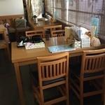 小春食堂 - テーブル席が4つあります。