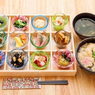 12種の日替わりおばんざいの「雅ご膳」が大人気!