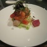 39294658 - 「沙津海鮮盆」 王朝自慢の海の幸サラダです!海老とホタテ・鮪の赤身がたっぷり入った豪華なサラダ