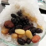 豆家 茜 - 『長春』というかき氷で、お豆5種・寒天入りで750円。                             まさに、お豆の宝石鉱山です。それぞれ個性的な味わいで、塩と砂糖の塩梅も絶妙です。