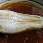 戸山うなぎ - 店員さんの案内によると、「卓上の柚子胡椒をお好みで加えて、タレにたっぷりつけてお召し上がり下さい」とのこと。