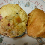 39302876 - プレーンのスコーンとクリームチーズとベリーのスコーン