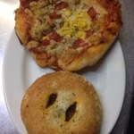 ベッカライ ジーベン - 中辛焼きカレー、イタリアンソーセージとトマトのピザ
