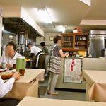 そば専科 植田塾 - 奥でご主人が蕎麦を茹でてます