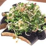 炭火焼鳥 風 - 揚げ茄子のたたき風サラダ