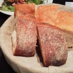 39308016 - 嬉しいおかわり自由のパン2種(2015/6再訪)