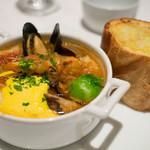 オールデイダイニング オリガミ - 金目鯛のブイヤベース。濃厚なスープ。横のガーリックトーストはガーリックたっぷり。