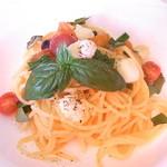 イタリア料理 ピオッジャ - 料理写真:トマトとモッツァレラチーズのオイルベースパスタ☆♪