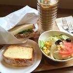 ピース コーヒーロースターズ - コンビーフサンドイッチとレモンケーキのランチセット☆690円\(^o^)/ パンはホカホカに焼いてくれていて、アイスカフェラテもたっぷり入ってて、このお値段ですよー❗️ 何より手作りで美味しいです♡