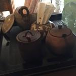 鳥亀食堂 - 卓上の山椒粉、七味など