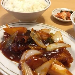 留軒 - サービスランチの酢豚定食 ¥750 炊きたて御飯が嬉しい。 酢豚は見た目以上のボリュームだけど、味がちと濃過ぎ…