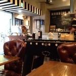 モンディアルカフェ328 - なかなか楽しい、店内!