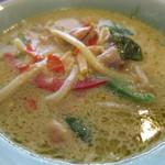 タニ キッチン - 鶏肉のグリーンカレーアップ