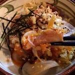 とりビアー - レアな鶏に、天かす、オニスラ、真ん中に、卵黄~! 味はめんつゆ!
