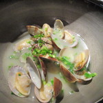 39340967 - 最初の料理はアサリの酒蒸し520円、鳥のスープを使った上品な味の酒蒸しです。