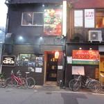 焼鳥酒場 くるくる - お店は大博通りから一本中に入った店屋町の道沿いにありますよ。