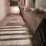 ヘロン - 地下に降りていく階段