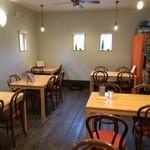 洋食のまなべ - 入って右側はテーブル席、4人掛け6卓と、2人掛けが1卓あります