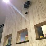 洋食のまなべ - 厨房と客席を仕切る壁、温か味のある木の仕切り壁です