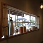 洋食のまなべ - カウンター席上の出窓のディスプレー